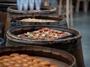 Soirée avec buffet sur un décor de tonneaux invitant au voyage