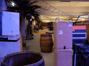 Mise en place au Palais du Grand Large de St Malo Palais des congrès décor corsaire et pirate