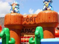 Parc de loisirs avec des structures gonflables sur le thème Far West